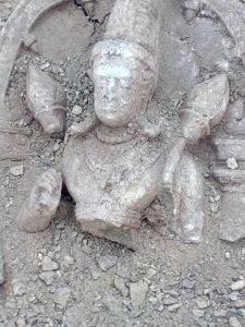MP-खुदाई में मिली कुबेर मूर्ति की रक्षा करता नाग का वीडीयो हुआ वायरल