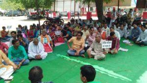 उरई(जालौन)-उत्पीड़न व शोषण के विरोध में अखिल भारतीय वैश्य एकता परिषद का धरना प्रदर्शन
