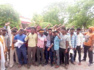 उरई(जालौन)-ठेकेदार व सभासदों द्वारा की जा रही सफाई कर्मचारियो(रिक्शा चालकों) से अवैध बसूली