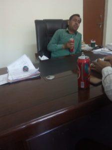 जालौन सहायक जिला निर्वाचन अधिकारी की आफिस में शराब पीते हुए फोटो हुई वायरल मचा हड़कंप।