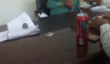 जालौन सहायक जिला निर्वाचन अधिकारी की आफिस में शराब पीते हुए फोटो हुई वायरल मचा हड़कंप। Soni News