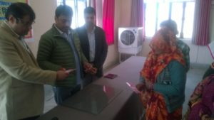 बबीना विधायक ने ग्रामीणों को किये राशन कार्ड वितरण  रिपोर्ट : अरुण वर्मा