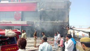 जालौन-उरई कालपी रोड स्थित कान्हा पैथोलॉजी में लगी भीषण आग।
