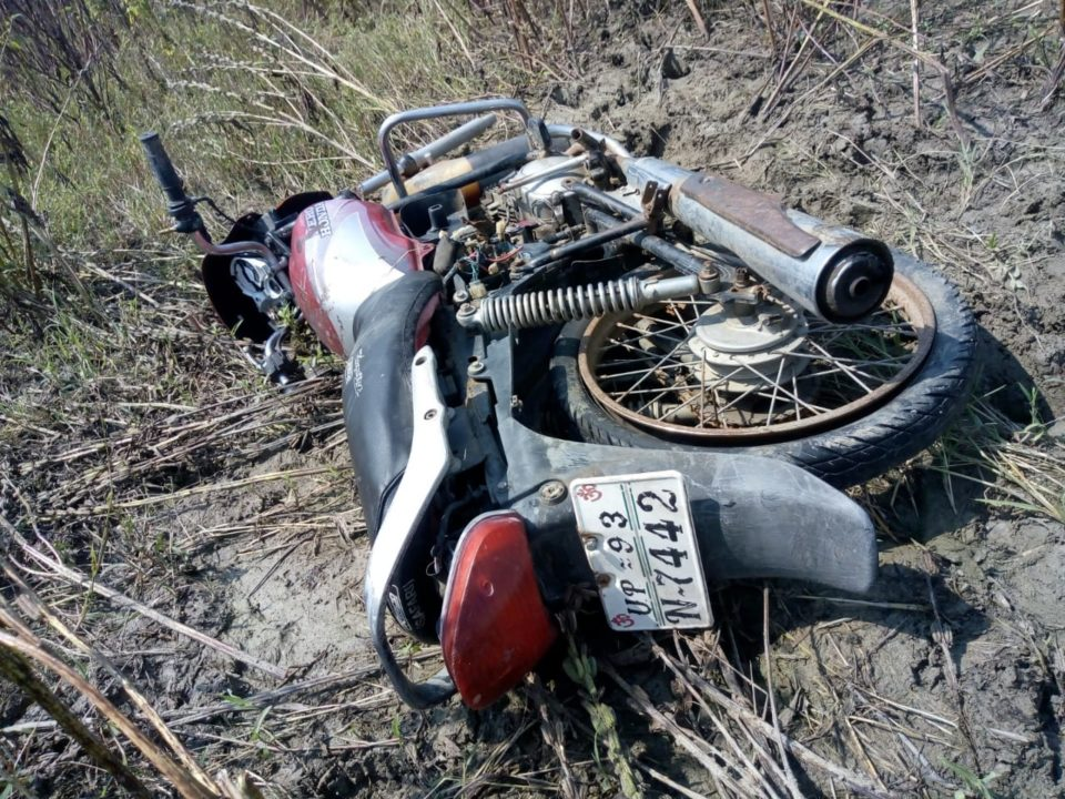 जालौन-खेत में मिली अज्ञात मोटरसाइकिल