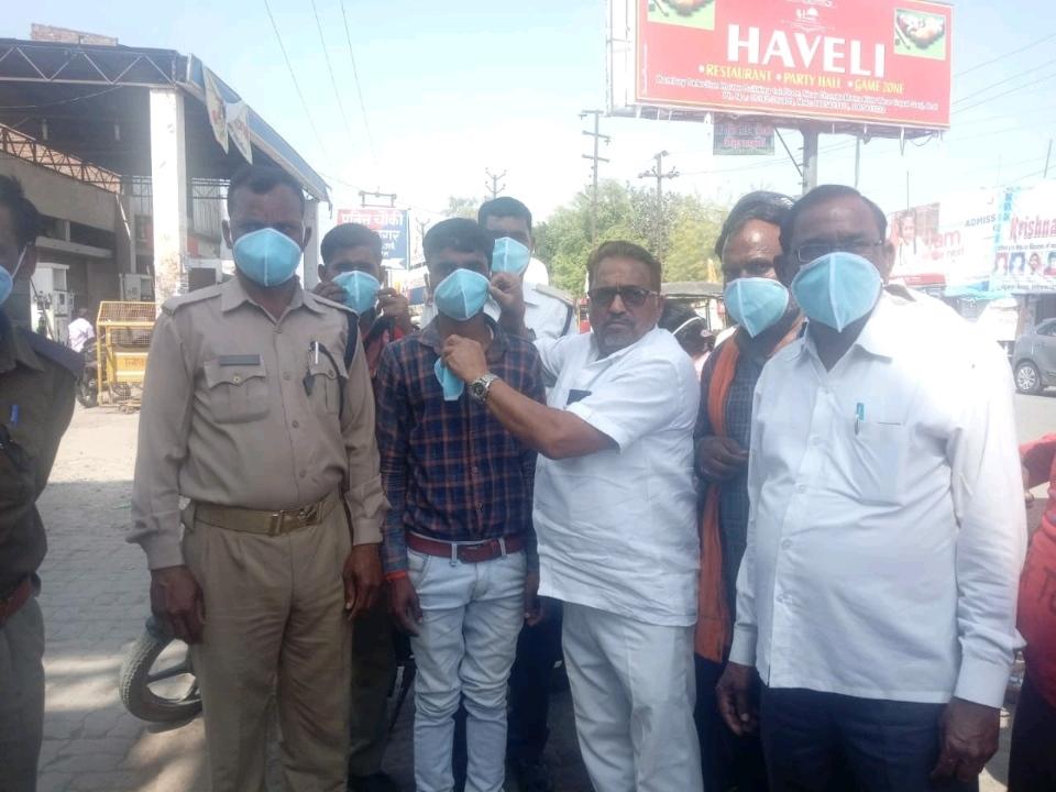 जालौन-समाजसेवी डा.नत्थू सिंह ने यातायात कर्मचारियों को बांटे मास्क।