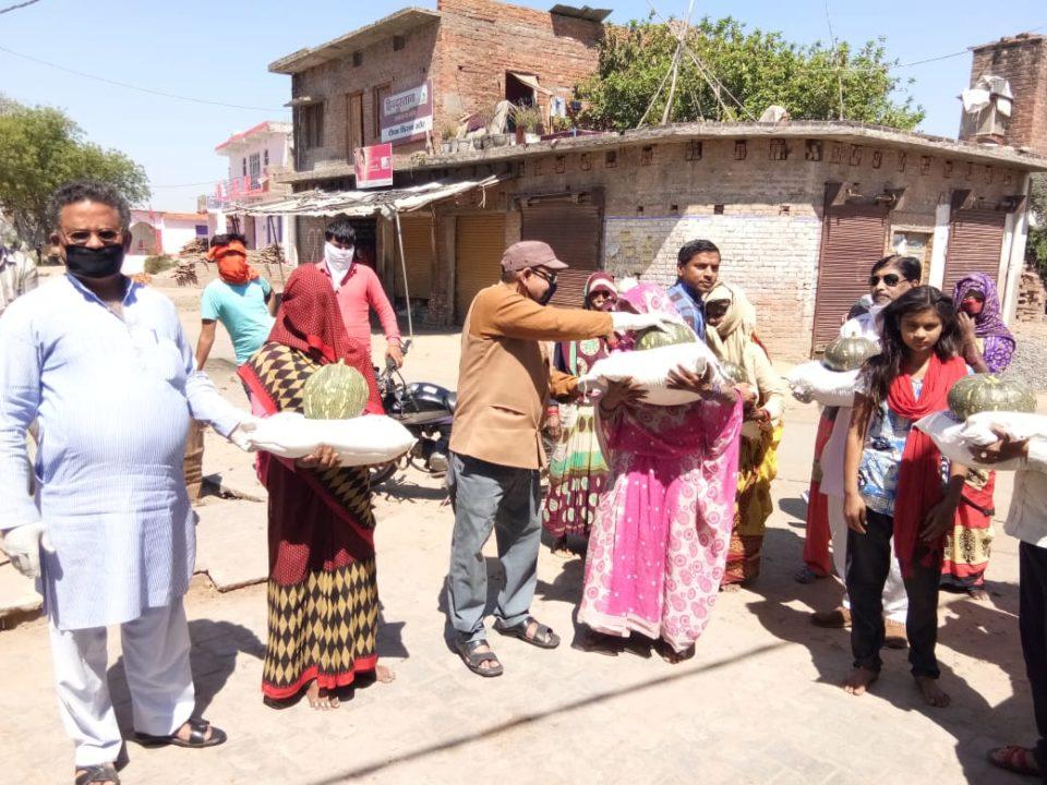 स्वर्णकारों ने गरीबों को पेट भरने के लिए उपलब्ध कराई खाद्य सामाग्री