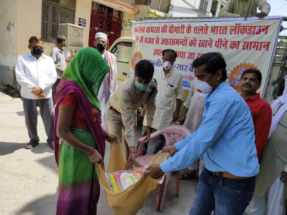 जालौन-समाजसेवी युसुफ अंसारी व क्षेत्राधिकारी संतोष कुमार ने गरीबों को खाद्यान्न वितरण किया।