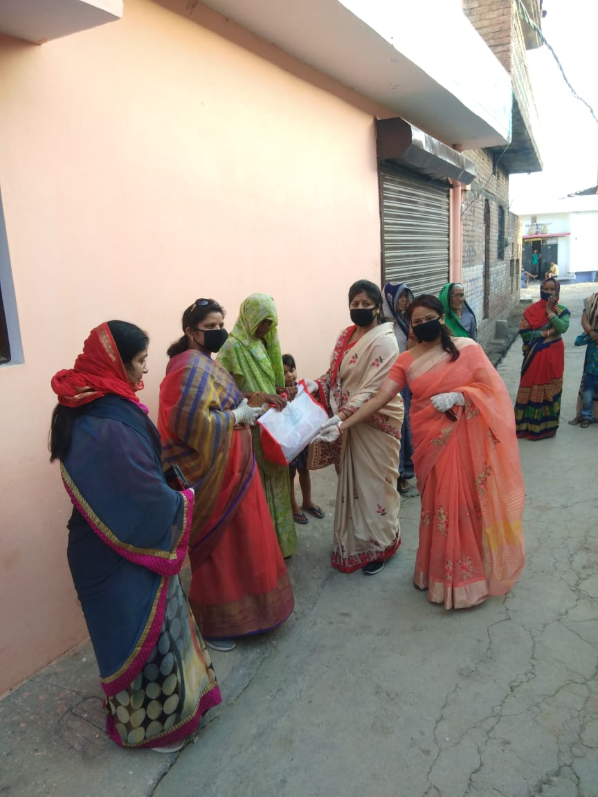 जालौन-महिला मोर्चा जिलाध्यक्ष प्रीति बंसल ने गरीबो को राहत सामग्री वितरित की
