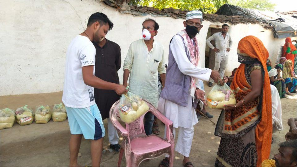 कांशीराम कालौनी तथा रघुवीर धाम के पीछे बांटी खाने की सामग्री।
