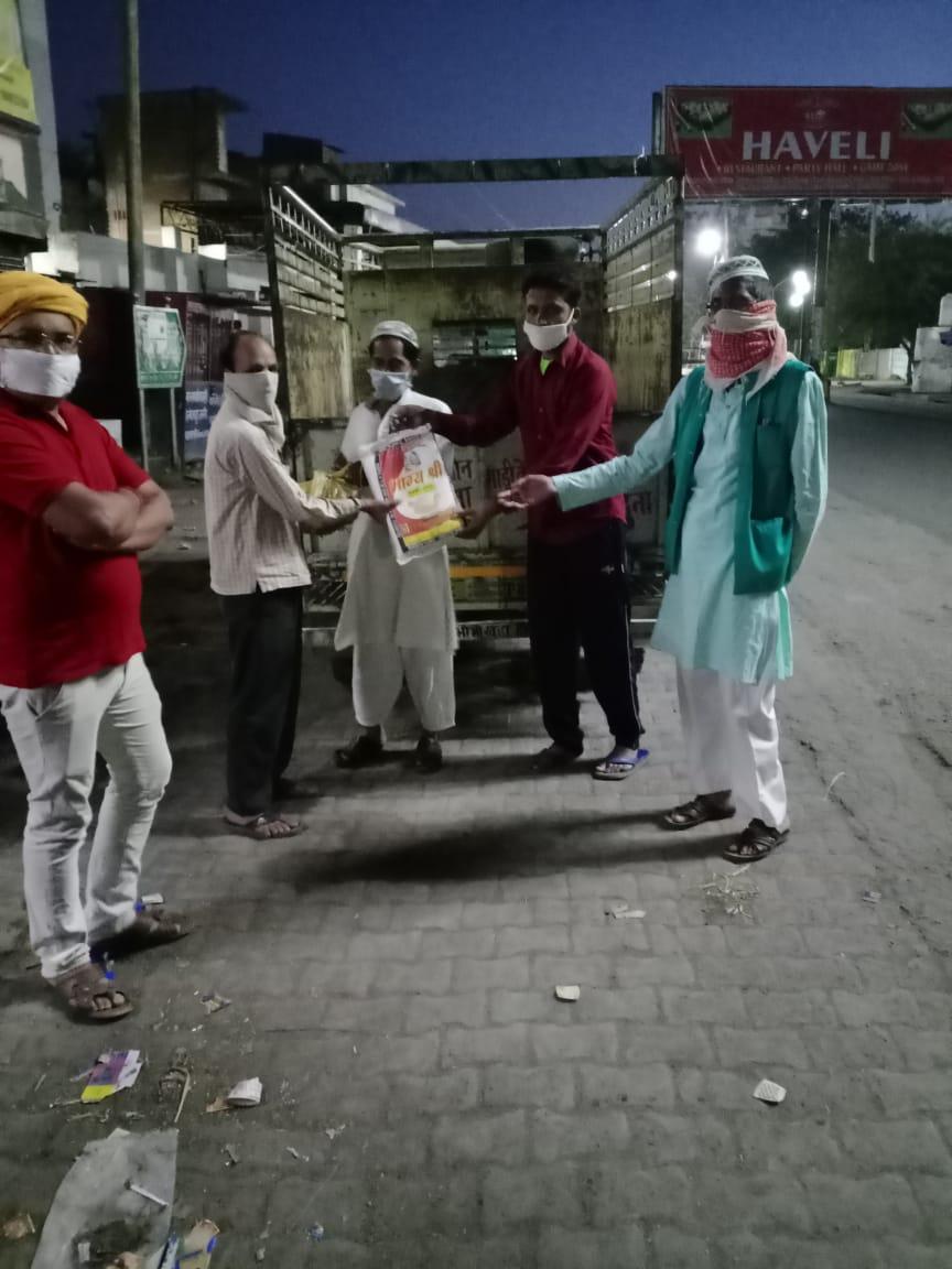 गर्मी,बारिश और सर्दी में परवाह न करने वालों को यूसुफ ने किया सम्मान समाचार पत्र वितरित करने वालों को बांटी राहत सामग्री