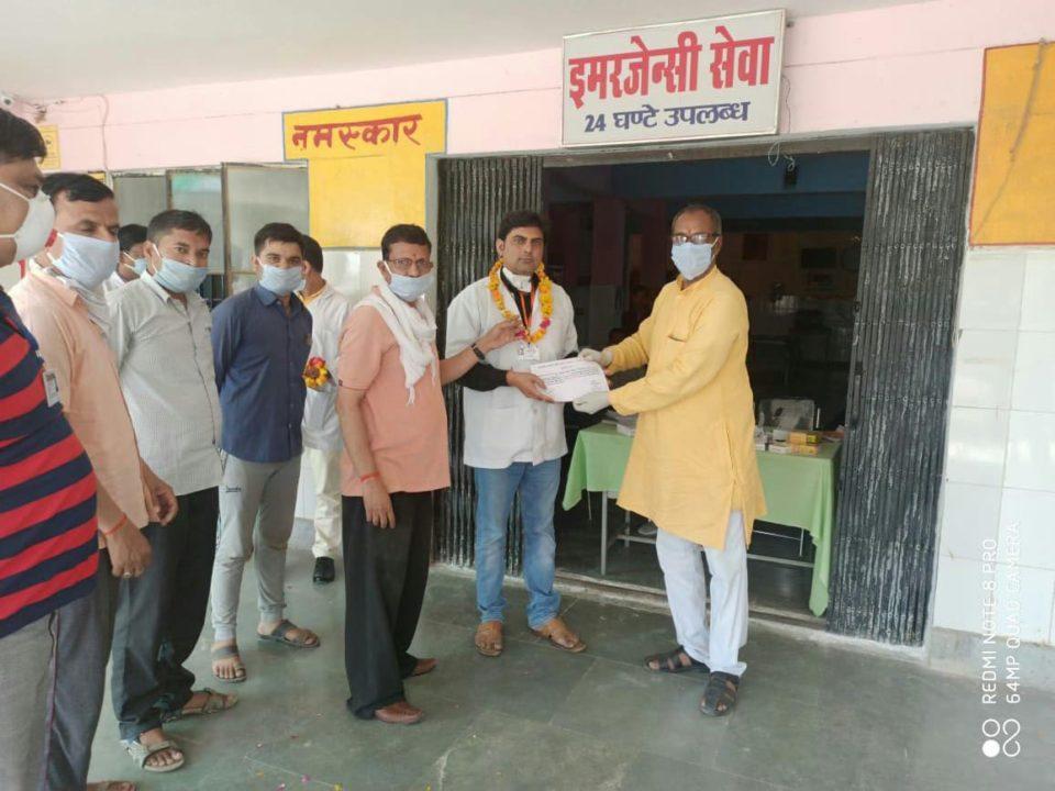 चेयरमैन सहित चिकित्सकीय टीम को भाजपा ने किया सम्मानित।