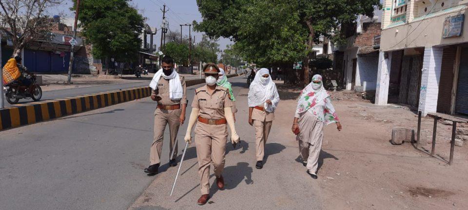 जालौन-महिला शक्ति टीम प्रभारी ने शहर में पैदल मार्च कर लोगों को किया जागरूक।