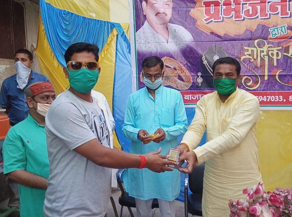 जालौन-कोंच में कोरोना योद्धा के रूप में माधौगढ़ विधायक मूलचंद निरंजन ने पत्रकारों को किया सम्मानित।
