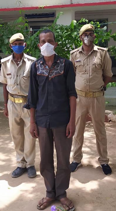 माधौगढ़ पुलिस ने अवैध शराब के साथ एक युवक को पकड़ा।