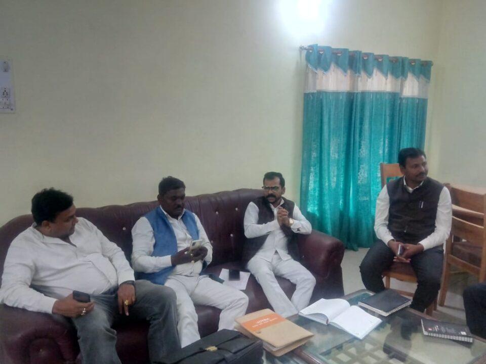 उ0प्र0 शासन के सदस्य रविशंकर हवेलकर अपने एक दिवसीय संयुक्त भ्रमण कार्यक्रम के अन्तर्गत पी0डब्लू0डी0 गेस्ट हाउस में विभागीय अधिकारीगणो के साथ समीक्षा बैठक की।