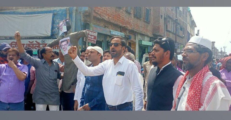 उरई में वसीम रिज़वी के खिलाफ आक्रोश,जुलूस निकाल कर फूंका पुतला