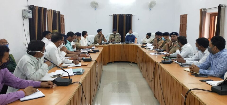 मण्डलायुक्त झांसी सुभाष चन्द्र शर्मा की अध्यक्षता में आगामी त्रिस्तरीय पंचायत सामान्य निर्वाचन-2021 हेतु बैठक पुलिस लाईन सभागार में सम्पन्न हुई।