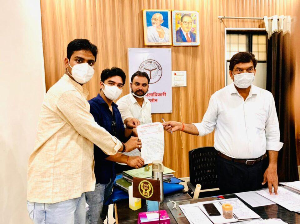 जालौन-जिला पंचायत सदस्य रामेन्द्र त्रिपाठी ने शहरी,ग्रामीण क्षेत्रों में बिजली कटौती व साफ-सफाई को लेकर एसडीएम जालौन को सौंपा ज्ञापन।