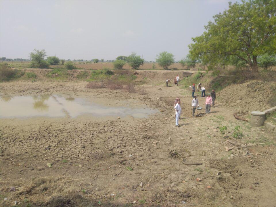 जालौन-गायर में मनरेगा के तहत कराई जा रही भुजरया तालाब की खुदाई।