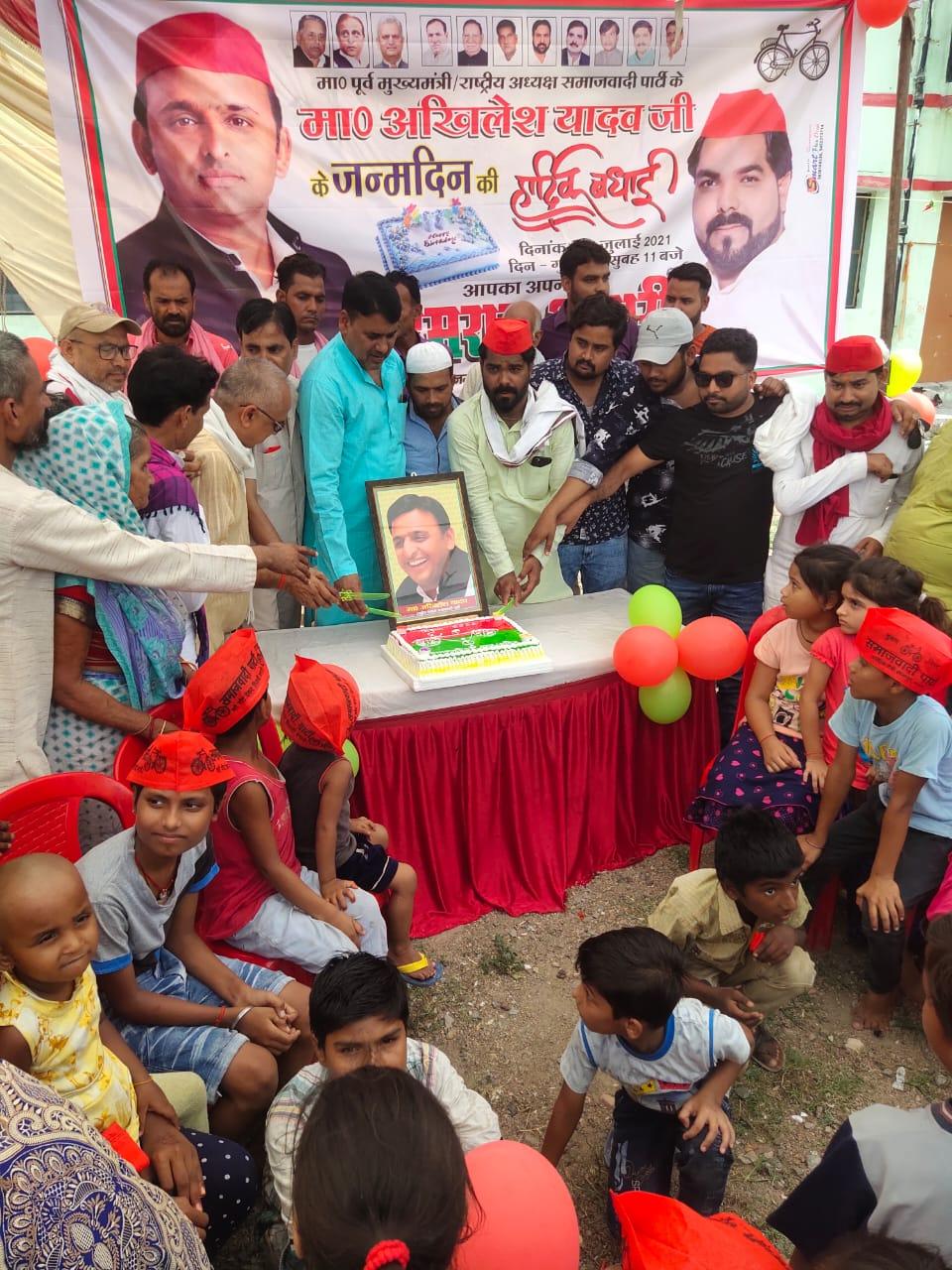 जालौन-इमरान अंसारी के नेतृत्व में आसरा कालौनी में मनाया गया पूर्व मुख्यमंत्री अखिलेश यादव का 48वां जन्मदिन।